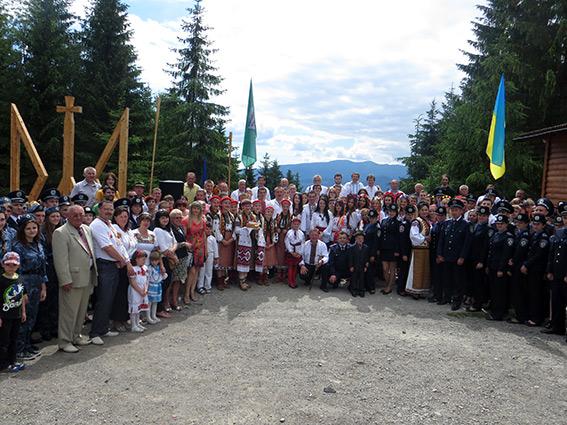 На кордоні Івано-Франківської області встановили найбільший дерев'яний тризуб