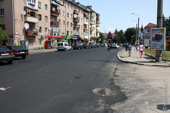 На вулиці Дністровській у Франківську постелили новий асфальт (ФОТО)