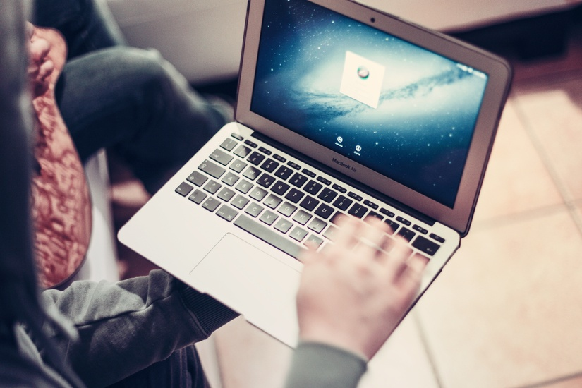 person-hand-apple-laptop